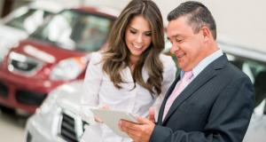 Imagem negociação em agência de carros