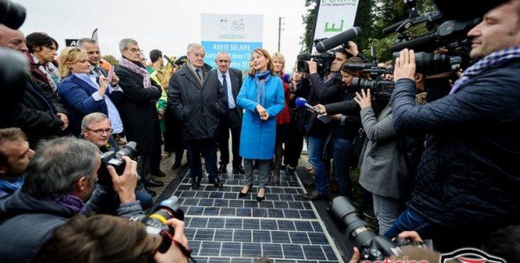 Imagem estrada com captação de energia solar via painéis solares