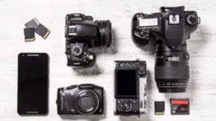 imagem de câmeras digitais e seus acessórios