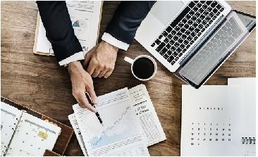 Mesa de trabalho com papéis notebook o profissional com certificação SCRUM e seu cafezinho