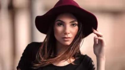 fotografia de mulher com chapéu