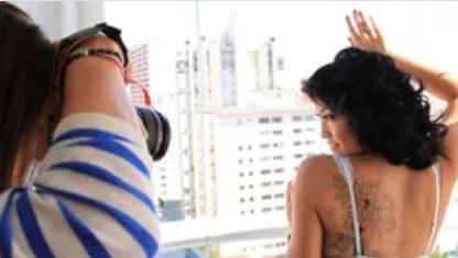 fotógrafo fotografando mulher em pose sensual