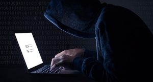 hacker digitando no teclado de um notebook fazendo roubo de dados