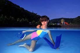 menina com corpo submerso e a cabeça fora da linha d'agua