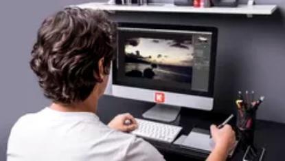 imagem de profissional editando imagem em frente de um computador