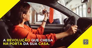 Uma moça dirigindo um veículo do vai.car