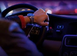 Um veículo sendo dirigido mostra as mãos no volante