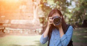 Fotógrafa focando para tirar uma foto