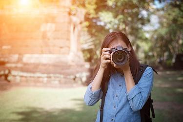 Fotógrafa focando para tirar uma foto (conservar câmeras foto liberação)