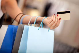 braço feminino com várias sacolas de compras