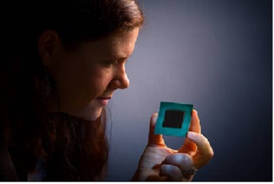 Moça segurando o chip Intel Straix