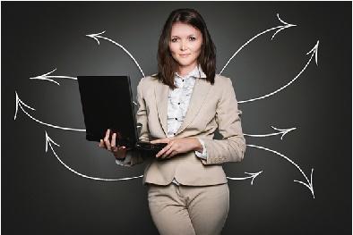 Sistemas em tecnologia Moça segurando um notebook