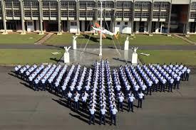Formação militar com o símbolo da Aeronáutica