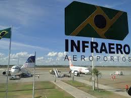 1 avião na pista tendo em destaque a placa da Infraero