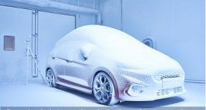 Veículo Ford coberto de gelo no campo de provas