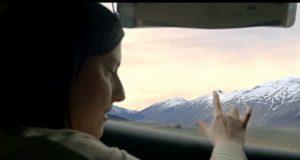 Janela inteligente Moça sentindo a paisagem com o dedo