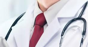 Tórax de um médico com estetoscópio