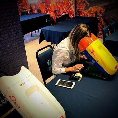 Moça fazendo teste de visão no robô passando dados para smartphone em um restaurante