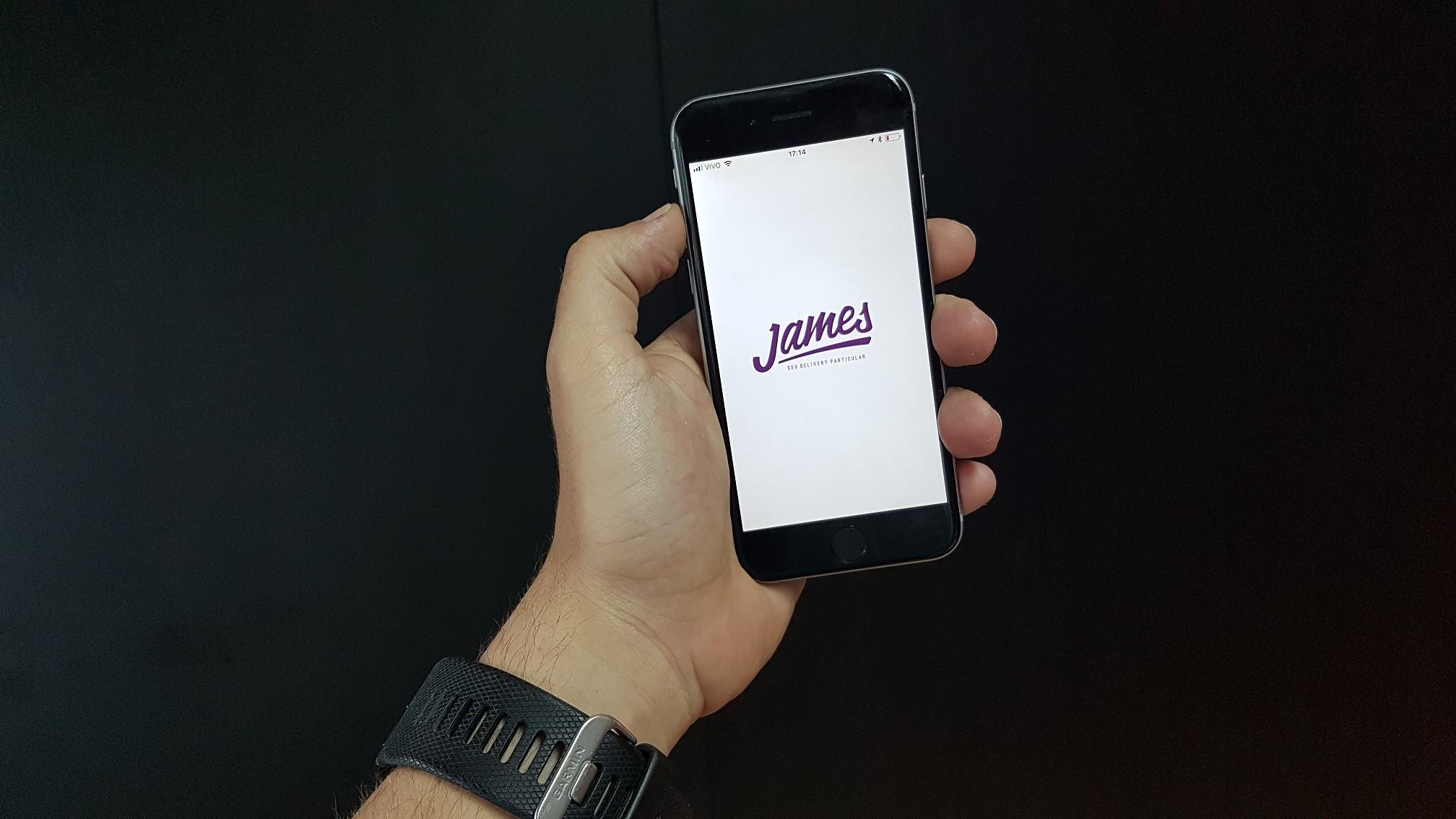 celular com o aplicativo de delivery