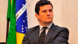 O Juz Sergio Moro com a Bandeira do Brasil ao fundo