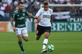 2 jogadores no campo jogo Palmeiras e Corinthians