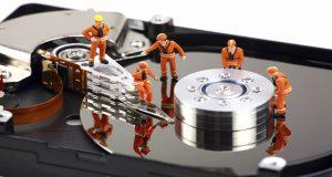 Homenzinhos fazendo recuperação de dados dentro de um pc