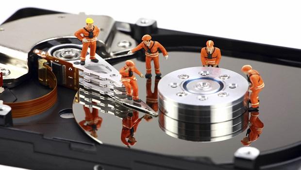 Homenzinhos fazendo recuperação de dados dentro de um pc com o EaseUS