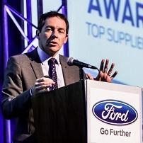Sr. Steven Armstrong CEO Ford Europa em um púlpito