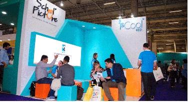 Pessoas no estande da ischool - aplicativo IsCool app