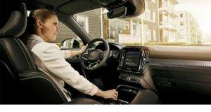 Moça ao volante de um veículo com tenologia Intel