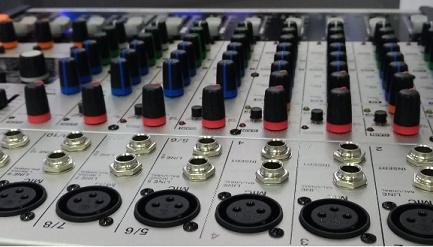 Uma mesa de áudio ou de vídeo exposto na InfoComm