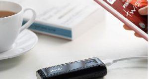 Smartphone Positivo carregador e uma chícara de café