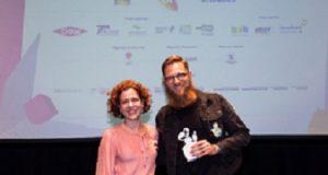 Premiação Big Festival Marcia Nejaim entrega premio a Patryk Grzeszczuk