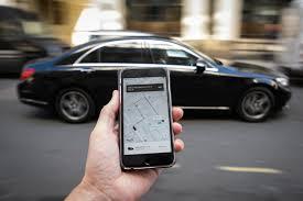 Cliente com smartphone pegando carro Uber