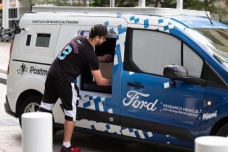 Motorista de entrega pegando produtos na Transit