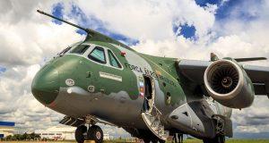 O avião Embraer KC-390 pousado
