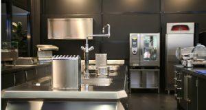 cozinha com vários utensílios