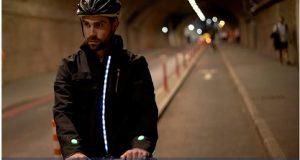 ciclista usando a jaqueta inteligente da Ford