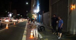 Homens isolando área em avenida