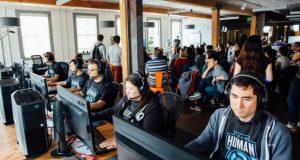 gamers jogando Dota 2 - projeto Open AI