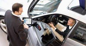 Mulher ao volante interagindo com o vendedor Volvo Cars