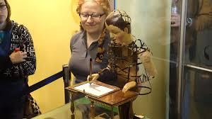 Automato desenhista e uma senhorinha