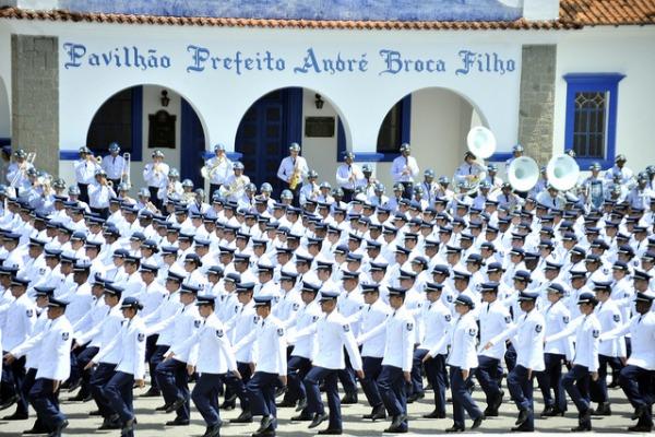 Formação cadetes na frente do quartel da FAB