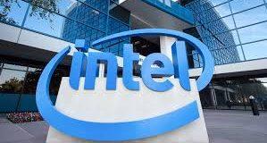 Logomarca da Intel diante de edifício
