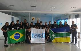 Jovens com bandeiras do Brasil e da Olimpíada do conhecimento