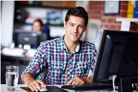 Jovem com notebook em sala de software de gestão