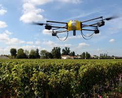 Um agro drone trabalhando