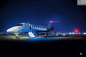 Avião da Embraer pousado à noite