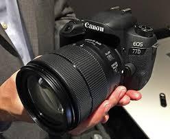 câmera EOS 77D com objetiva aberta