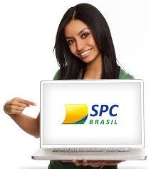 Moça com notebook da SPC Brasil